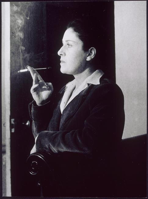 Dora Maar avec un fume-cigarette, dans son salon, rue de Savoie, Paris, 1944
